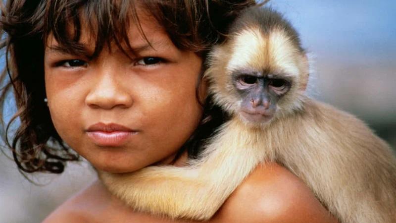enfant sauvage avec singe capucin
