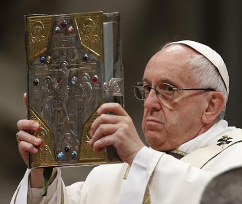 Pape tenant un livre
